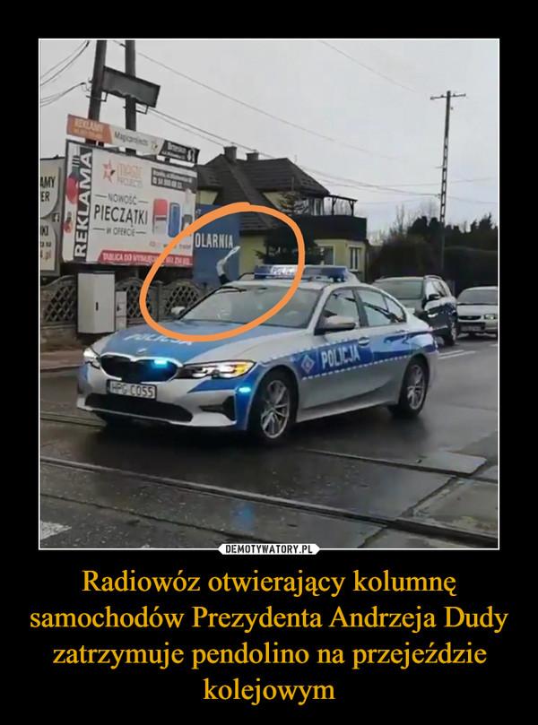 Radiowóz otwierający kolumnę samochodów Prezydenta Andrzeja Dudy zatrzymuje pendolino na przejeździe kolejowym –